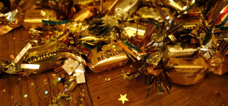 Distribution de papillotes et décoration du sapin de Noël